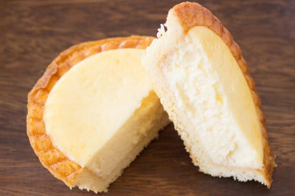 クリームチーズがタルト生地にたっぷり詰まっている。