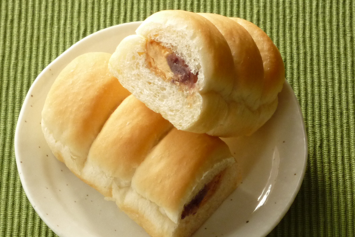 くびれがはいってちぎりやすくなっている細長いソフトフランスパン、そこにきな粉クリームと粒あんをサンド。