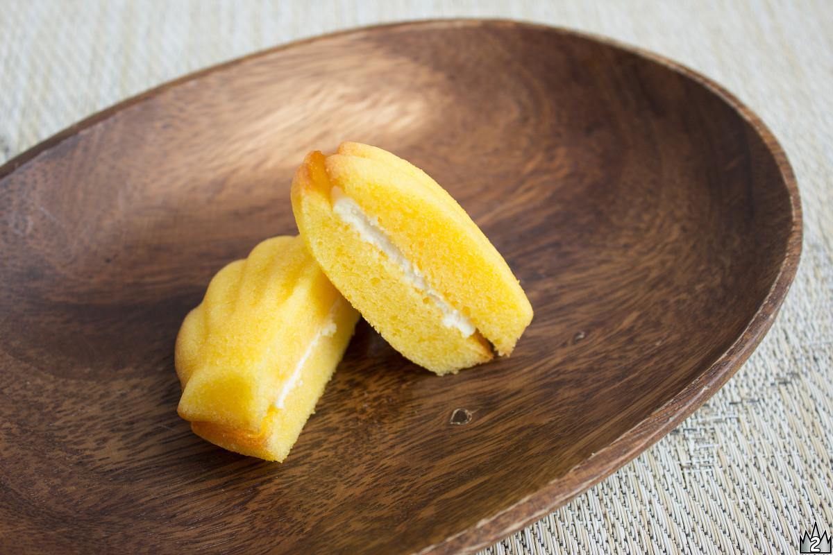 おなじみ貝殻のような形のケーキ2つでクリームを挟んである。