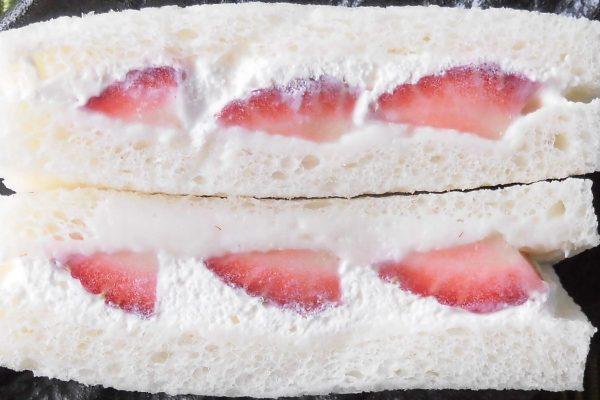 鞭打和浓缩牛奶奶油,以夹心草莓。
