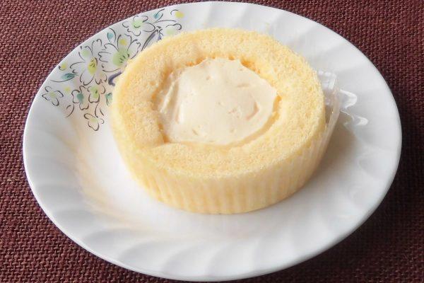 在一块黄色海绵包裹的乳蛋糕奶油。