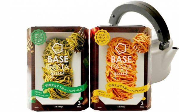 """BASE PASTA快速""""罗勒香味热那亚""""(左)和""""丰富的虾奶油""""(右)"""