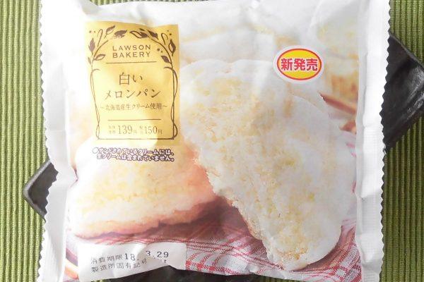 通过用北海道覆盖面团上的白色饼干面团烘烤的甜瓜面包制作奶油,并且有牛奶奶油和白巧克力片。