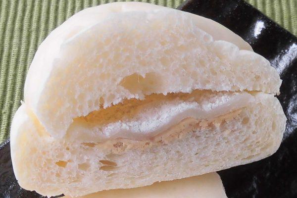 将夹层板撒粉,使其不会粘在面包上。