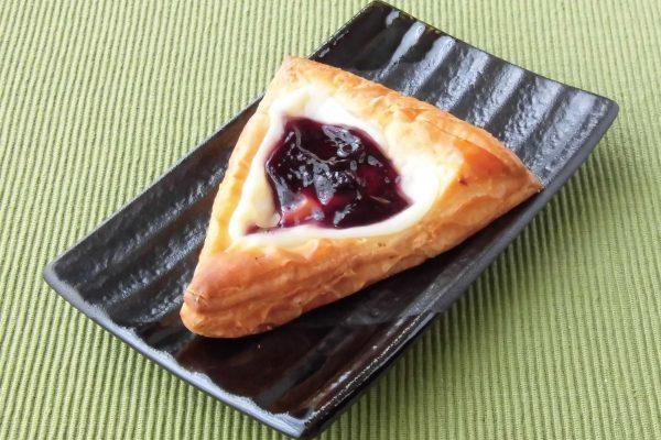 空心中提供三角丹麦面团,奶酪奶油和蓝莓。