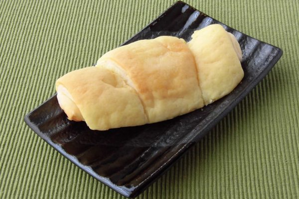新月形面包用柠檬色曲奇饼面团。