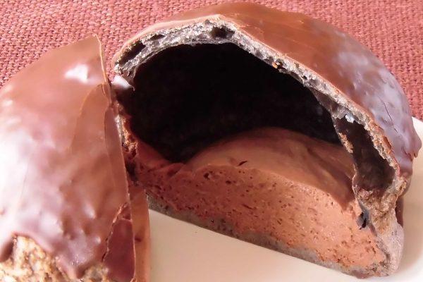 黑色皮肤内的浅棕色巧克力奶油。