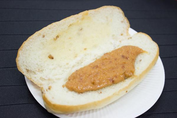 NL粒ピーナツのライ麦コッペにはたっぷりのペースト