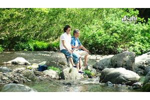 暑い夏の日、渓流で釣りを楽しむ父と兄