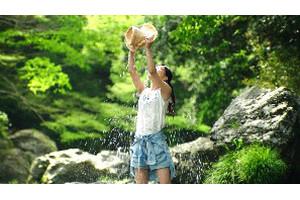 芳根さんが麦わら帽子で水をかぶるシーン