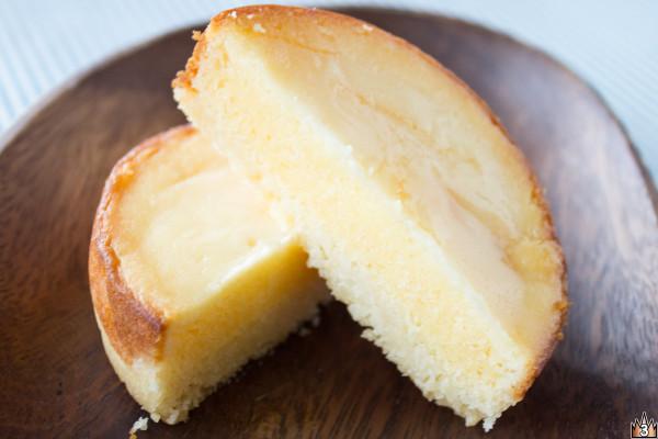 薄手のタルトの中にはチーズケーキがみっしりと。