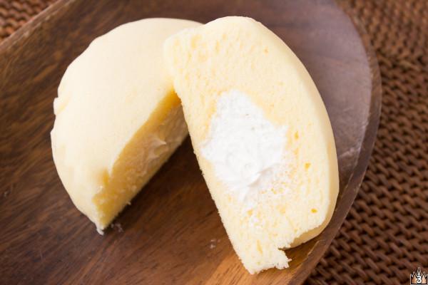 チーズ風味のきめ細かいスフレ生地の中には、ジャージー乳入りホイップがたっぷり。