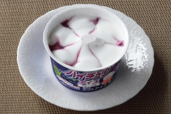 白いアイスを中央から6等分するようにグレープソースが入っている。