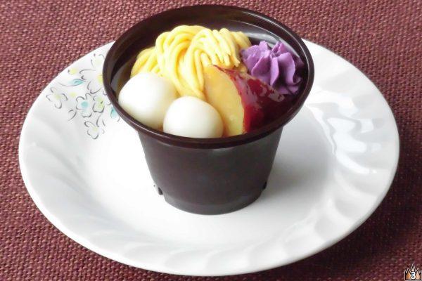 香ばしいほうじ茶ムースにサツマイモの餡ホイップや甘露煮、紫芋のホイップ、白玉、寒天、ホイップをあしらったパフェ。