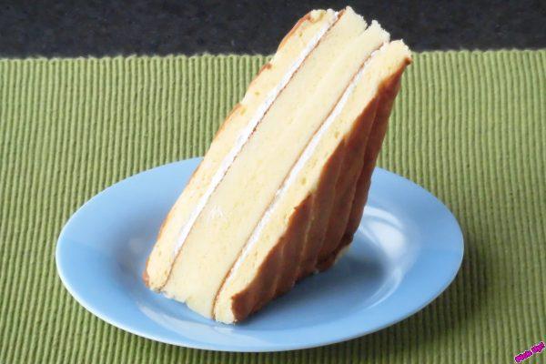 ふんわりシャルロット生地とスポンジケーキで北海道産牛乳入りのミルクホイップをサンドしてある。
