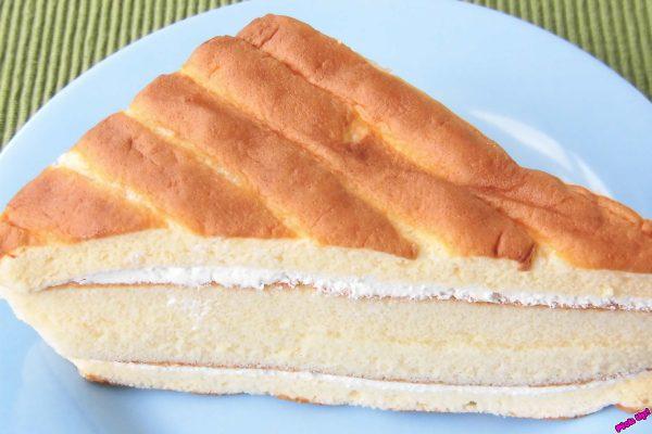 シャルロット生地とスポンジケーキでクリームをサンドした、左右対称の三角形2個入り。
