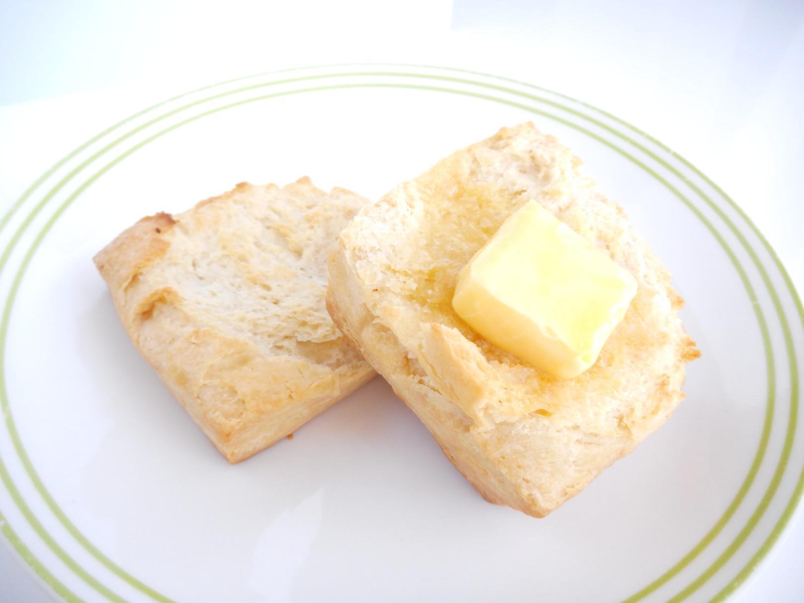 アツアツのビスケットにバターが溶けて染み込んでいく。。。