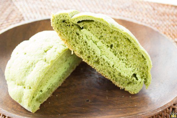 皮にも生地にもクリームにも抹茶を配合して緑一色。