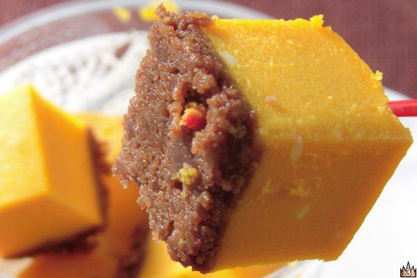カボチャのチーズケーキの下にはココアクッキーの層。