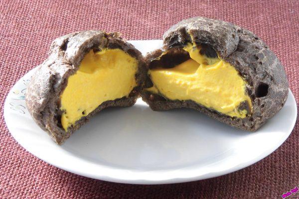 黒い皮の中には黄色いクリームがたっぷり。