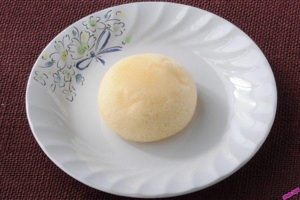 薄黄色のふんわり生地で卵風味の濃厚カスタードを包んだ、満月をかたどった蒸しケーキ。