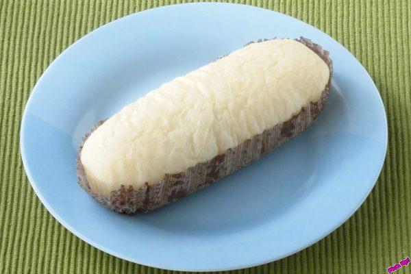 醤油と紹興酒で味付けした豚肉の角切りと挽いたものを、シャキシャキの筍と一緒に白い生地で包んでしっとり蒸しあげた総菜パン。
