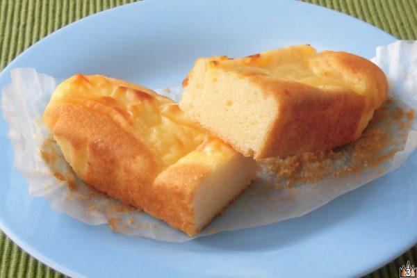スティックケーキにスライスチーズをのせてトーストしたような見た目。