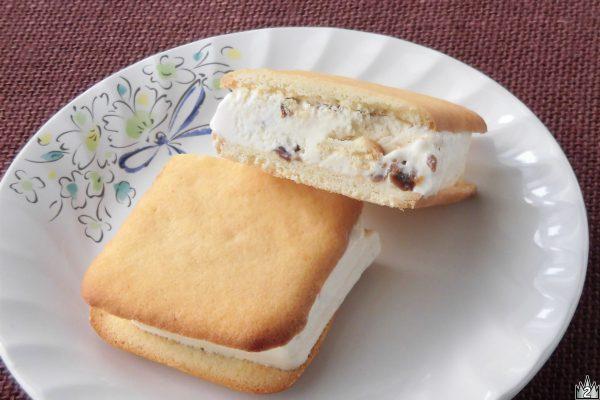 アイスモナカほどのサイズがある、クッキーに挟まれた分厚いアイス。