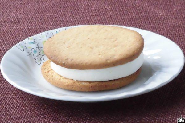 ナッツを混ぜ込んだキャラメル風味アイスをクッキーでサンド