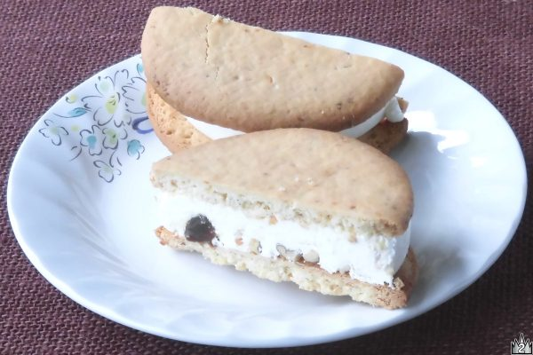 アイスの中にはナッツやキャラメルソースがゴロゴロ。