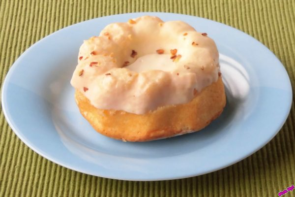 クグロフ型で焼き上げたほろほろケーキにバタークリームをサンド、ホワイトチョコとローストアーモンドをトッピング