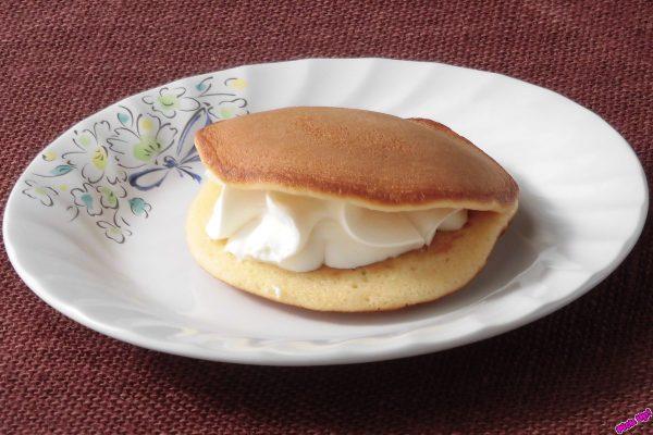 サワークリームとホイップクリーム、北海道産クリームチーズをブレンドしてもっちり生地で挟んだ生どら焼き