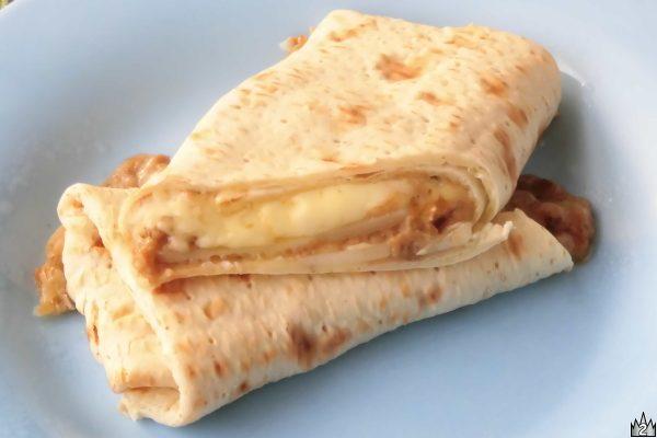 あっためてもらってがぶりとやればあふれ出す甘いソースととろとろチーズ。