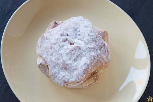程よい甘みのサックリ食感生地の中にイチゴの蜜漬け、ケーキクラム、イチゴジャム入りホイップを閉じ込めたパイ