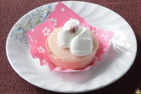 食間ふんわり桜の香りほんのり、桜色のスフレタイプチーズケーキ。