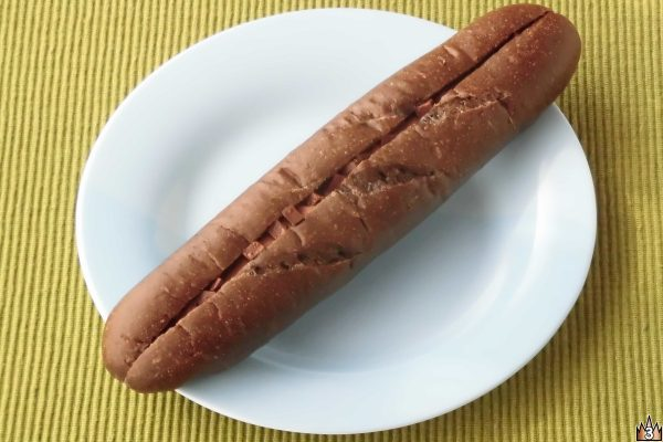 ココアを練り込んだほろ苦いソフトフランス生地に口どけよいチョコクリームと濃厚キューブチョコをサンド。