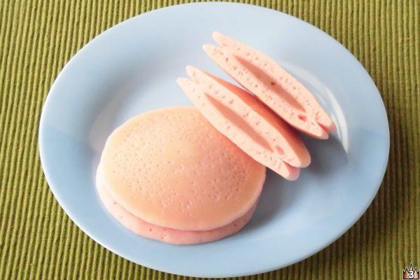 おなじみ「もちっとパンケーキ」に塩漬け桜葉入りの白あんをサンドしたもの。