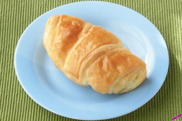 香ばしさとバター感で人気のデニッシュに、ハチミツシュガーとレモンピールを閉じ込めたパン。