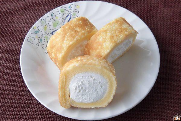 おなじみもち食感ロールにチーズパウダーをトッピング、クリームもほんのり塩味チーズ風味。