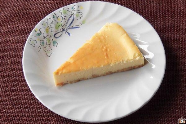 クリームチーズ、マスカルポーネ、カマンベールのチーズ3種を用い、アーモンドパウダーとバターを加えた香ばしい全粒粉入りクッキーと合わせたチーズケーキ。