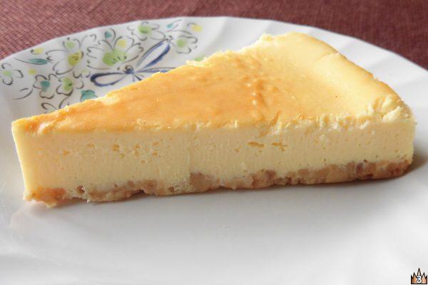 ほんのり焼き色がついたチーズケーキの1ピース。