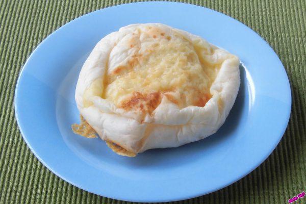 チーズクリームを包んだふんわり生地を、平たく香ばしく焼き上げたパン。