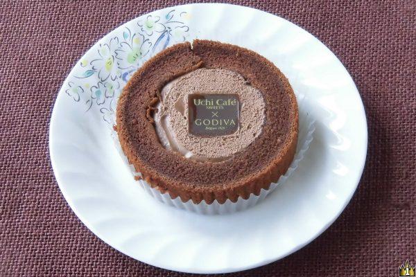 カカオ風味のチョコクリームにチョコガナッシュと香ばしいクレープ生地、ジャンドゥーヤを閉じ込めてしっとりチョコスポンジで包んだゴディバとの共同開発ロールケーキ。