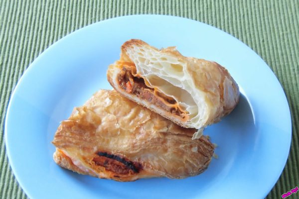 三角に折りたたまれたデニッシュ生地のパイ。