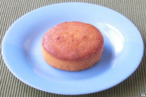厚い円盤型のパウンドケーキといった姿。
