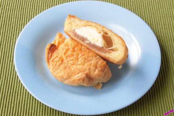 中にはペースト状の蜜漬けパインとパイン果肉入りカスタードホイップ。