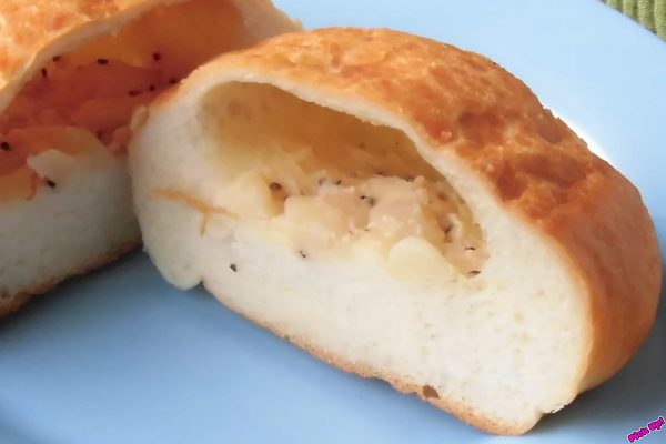意外ときめ細かいパン生地の中に、マヨと黒胡椒で薄化粧したゴロゴロポテト。