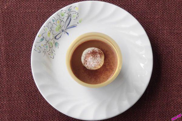 ゴージャス感ある金色のカップに、チョコとホイップがシックに収まっています。