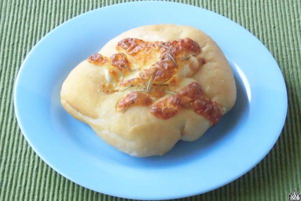丸いパンの上に焼き目のついたチーズ。
