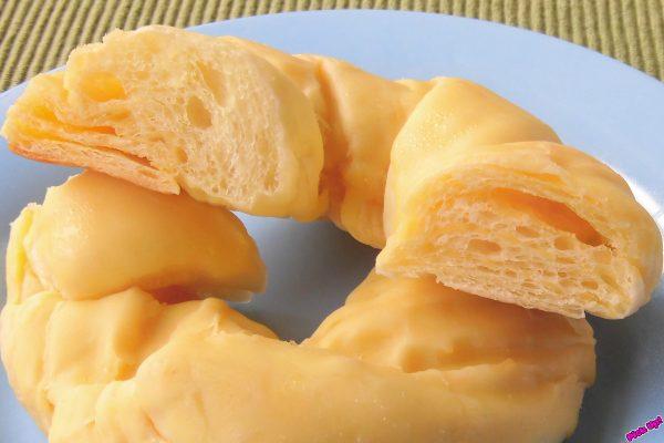 生地に折り込まれた黄色いバナナクリームが見えます。